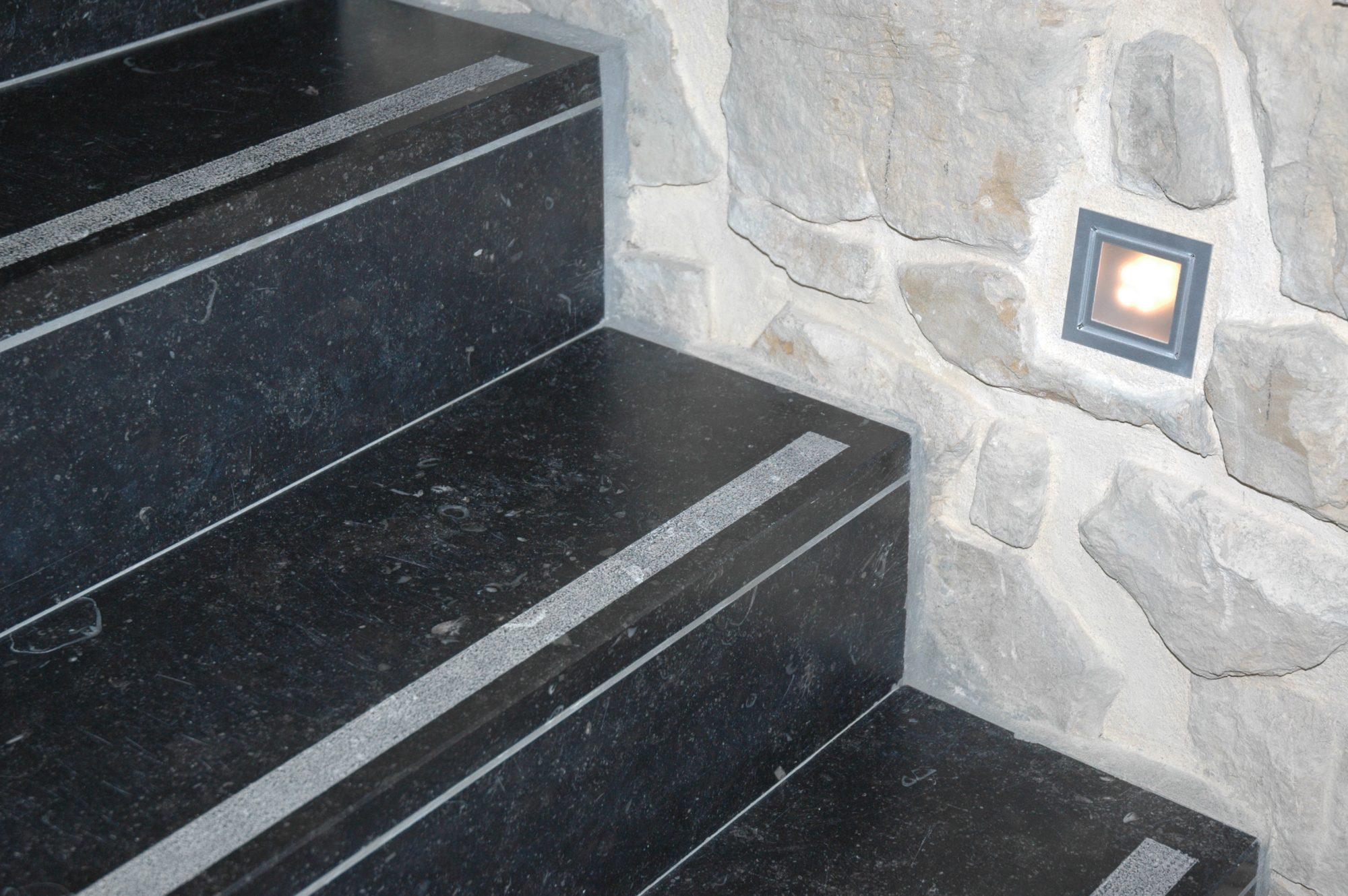 14 Pierre Bleue Belge - Escalier - Adouci noir